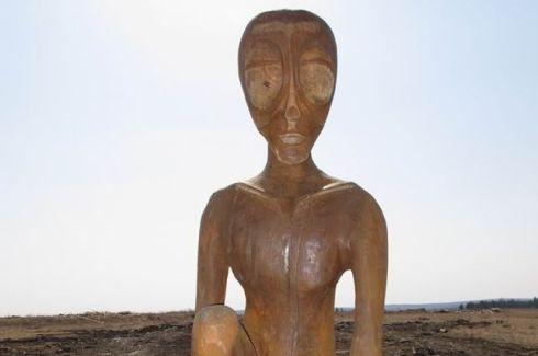 Estatua de un alienígena en Molekba, Rusia